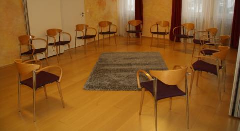 Stuhlkreis in zwei Räumen